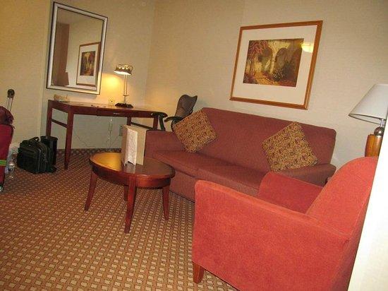 Hilton Garden Inn Victorville: desk/couch area