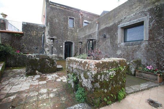 Casale Poggio del Tiglio: antico cortile con cisterna spazio colazione estiva