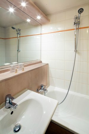 Kyriad Paris Ouest - Villeneuve La Garenne : Salle de bains