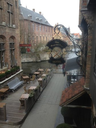 Relais Bourgondisch Cruyce - Luxe Worldwide Hotel: Canal View from the room through one of the windows