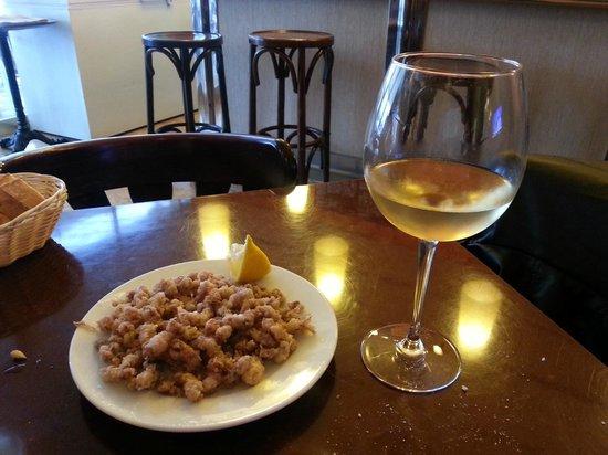 Ca l'Aureli: Chipirones frescos y vino blanco fresquito