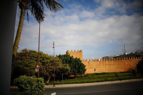 COSMOPOLITAN RESTAURANT : Vue sur les remparts de Rabat depuis le Cosmopolitan