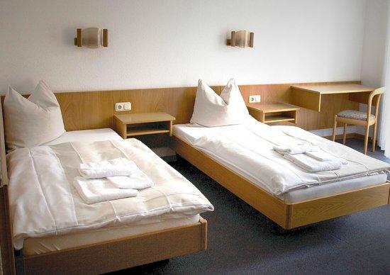 Hotel Boarding House Roedermark: helles, freundliches Doppelzimmer