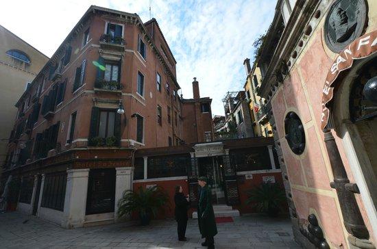 Hotel La Fenice Et Des Artistes: front of the hotel