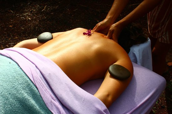 Кио, Гавайи: Lomilomi warm stone massage in a beautiful rainforest setting