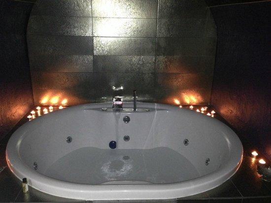 هوتل أونا: Jacuzzi bath