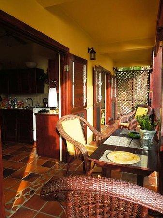 Villa Pomme d'Amour: Porch dining