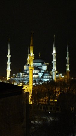Ibrahim Pasha Hotel: Night view of the Blue Mosque from the roof terrace