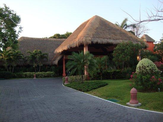Iberostar Tucan Hotel: Front of the resort
