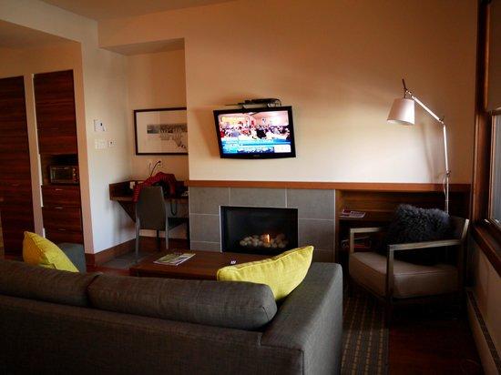 RCNT Chalets: Salle de séjour avec cheminée au gaz