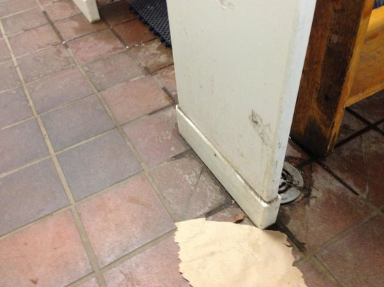 Port Angeles KOA: Disgusting bathroom floor