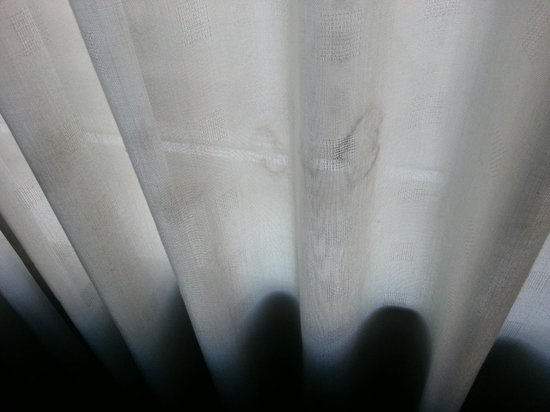 Benson Hotel: Dirty curtains