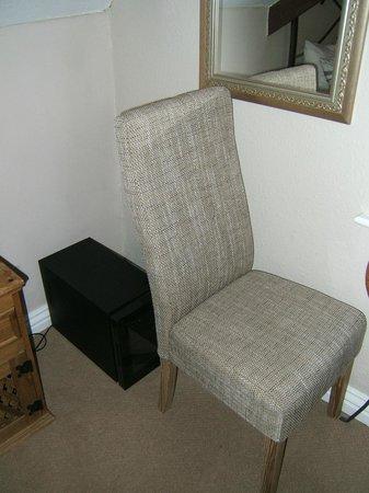 Streonshalh B&B: Chair and mini fridge