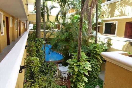Hotel Las Golondrinas: Vista del patio interno desde el primer piso.