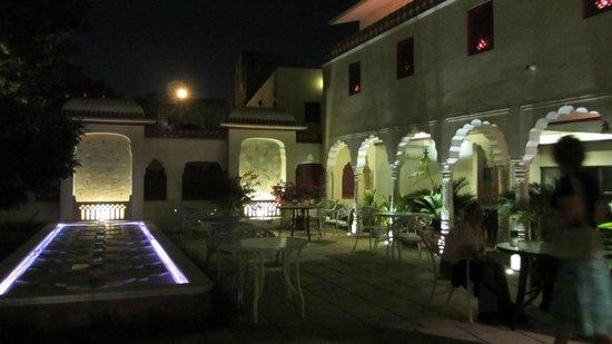 Mandawa Haveli Jaipur: abends vor den Arkaden