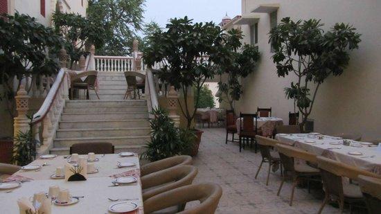 Mandawa Haveli Jaipur: Frühstück auf der Terrasse