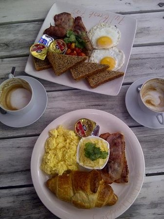 Flava Cafe & restaurant: Croissant- und Full-Breakfast