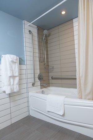 Hotel Rive Gauche: Accessible bathroom