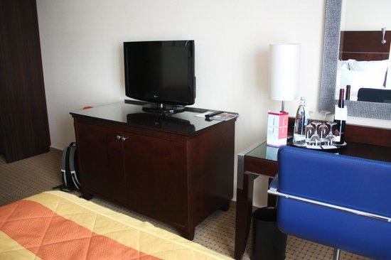 Renaissance Bochum Hotel: Sideboard mit Flat-TV