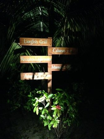 Hatchet Caye Resort: Night sign