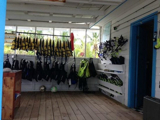 Hatchet Caye Resort: Snorkel gear/Activity shop