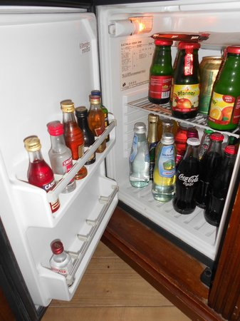 The Charles Hotel: mini bar de la chambre