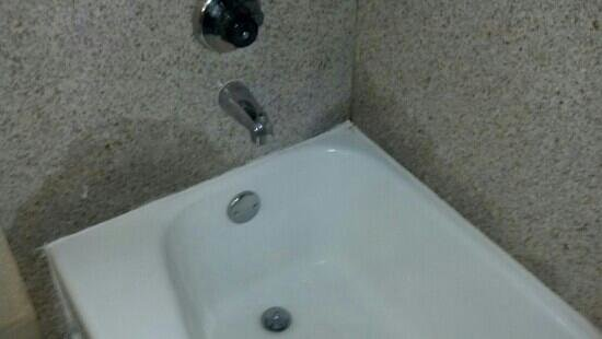Holiday Inn Phoenix - Mesa/Chandler: water stains around tub