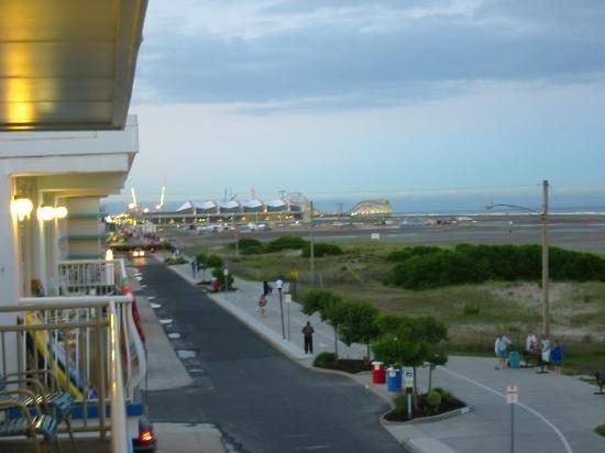 Attache Resort Motel: Bike Path towards Boardwalk