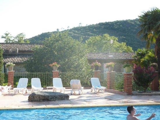 Le Pradinas : Vue de la piscine