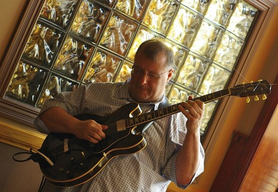 Captain's Helm Pub and Eatery: Mr. Alan Sutherland on guitar!