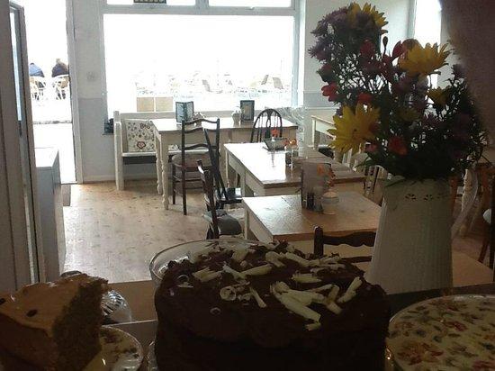 Little Bo Cafe: Little bo in the daytime, lovely cake!