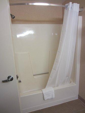 C'mon Inn - Grand Forks: Shower2