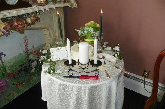 Cloran Mansion Bed & Breakfast: Wedding package--flowers and cake