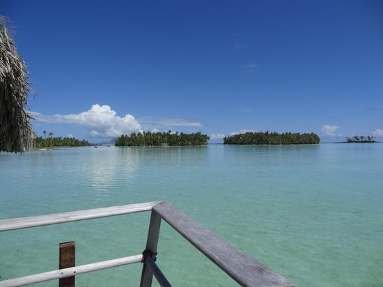 Le Taha'a Island Resort & Spa: Vue du deck sur les motus