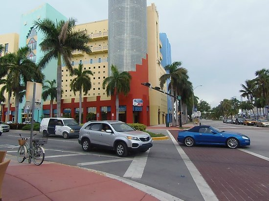 Jazz on South Beach Hostel : la rue a l'angle de l'auberge de jeunesse