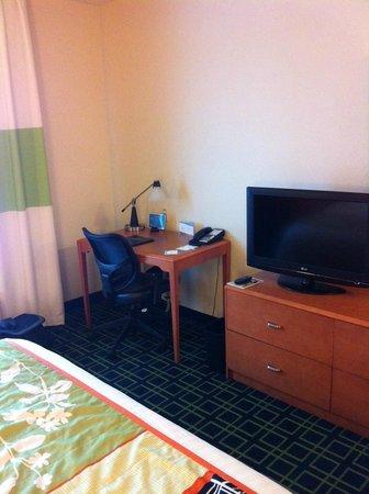 Fairfield Inn & Suites by Marriott Madison East: work station