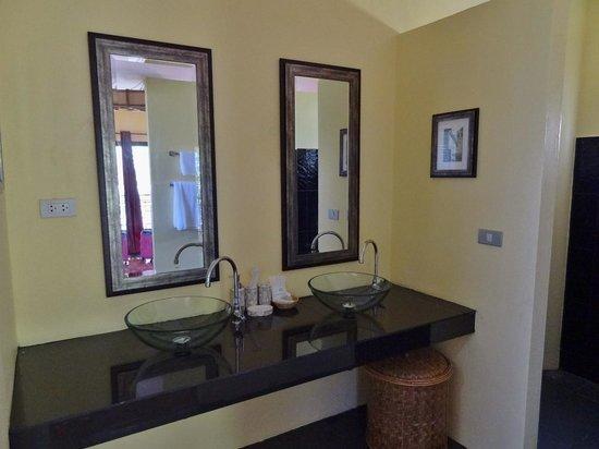 Baan Famui: Bathroom