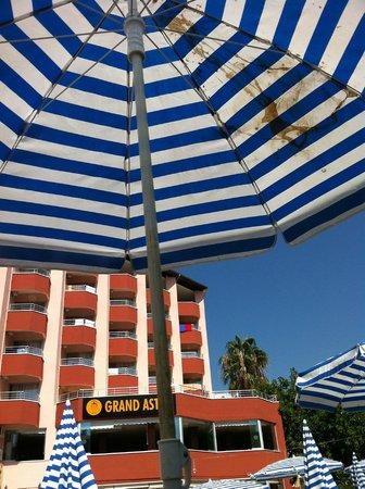 Grand Astor Beach Hotel: Sonnenschirm am Pool .