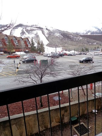 Shadow Ridge Resort Hotel: A view from our balcony on the north end of the hotel, showing the proximity