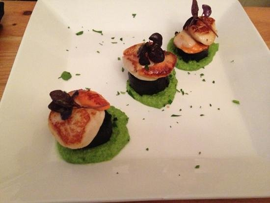 Na Mara Restaurant: scallops, black pudding and pee purée
