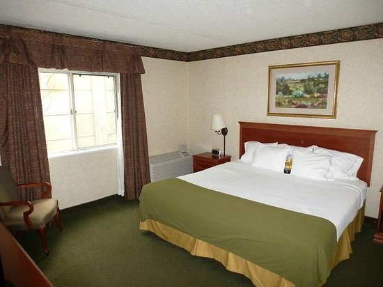 Holiday Inn Express Hotel & Suites Pittsburgh Airport: The separate bedroom