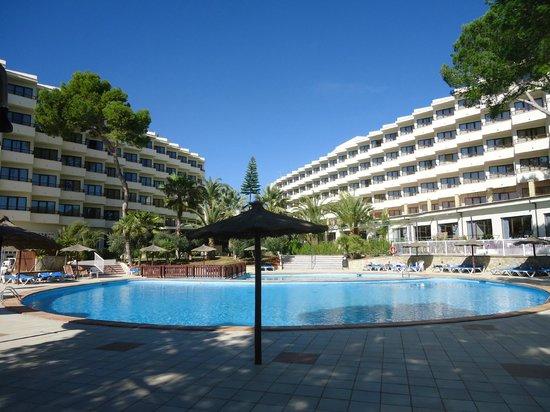 Intertur Hotel Miami Ibiza : Vista del hotel tomada desde las piscinas