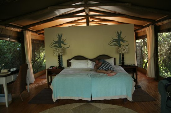 Sibuya Game Reserve: 4 -Star Luxury Tented Camps and Lodge: Huge comfortable bed - River Camp