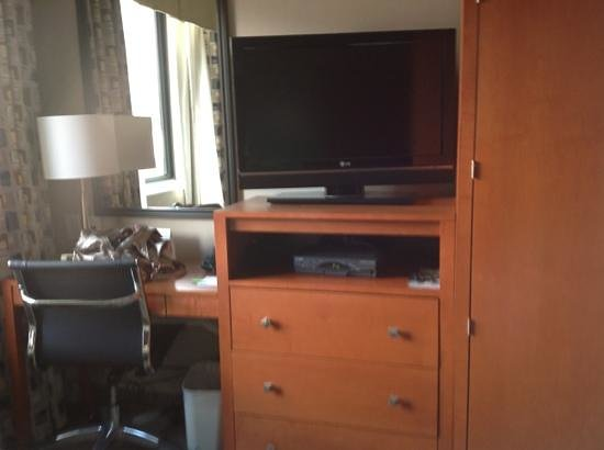 Holiday Inn NYC - Manhattan 6th Avenue - Chelsea: tv and desk