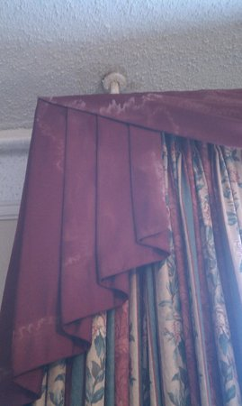 Hotel Colorado: Stained curtains in room