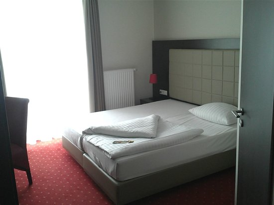 Novum Hotel Savoy Hamburg Mitte: Doppelbett mit Lehne aus Leder/Kunstleder