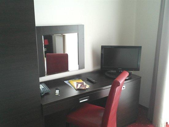 Novum Hotel Savoy Hamburg Mitte: Schreibtisch mit LCD-TV