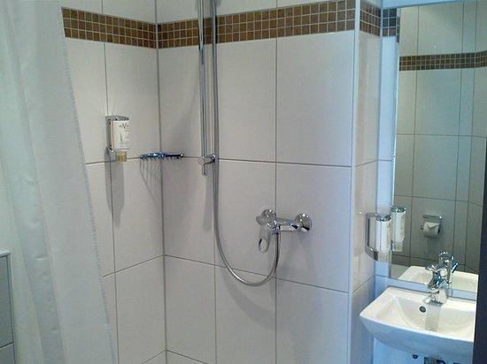 Novum Hotel Savoy Hamburg Mitte: Bad mit Dusche