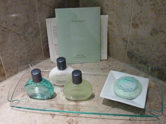 Royal Windsor Hotel: Toiletries in our room