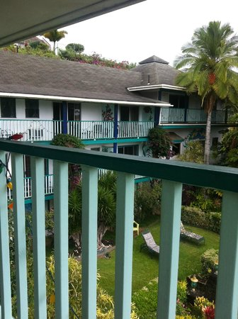 Garden Island Inn Hotel: View from room into courtyard